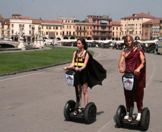 2GIS marketing non convenzionale guerrilla marketing Padova segway supereroi attiva i superpoteri e trova ciò che cerchi in città